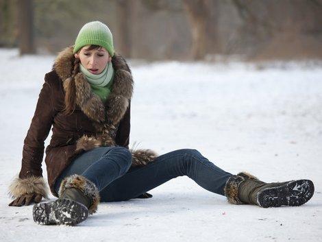 Schnee, glatt, ausrutschen, Scheeräumen, Foto: iStock/Marina_Ph