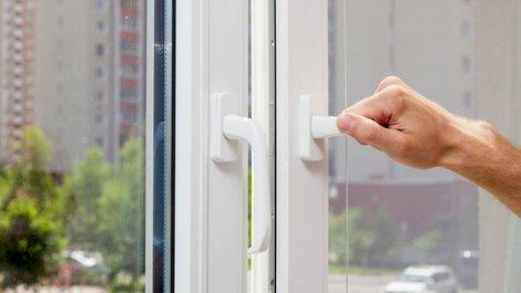 Einbruchschutz, gekipptes Fenster, Einbrecher, Nachlässigkeit, Foto: brizmaker / stock.adobe.com