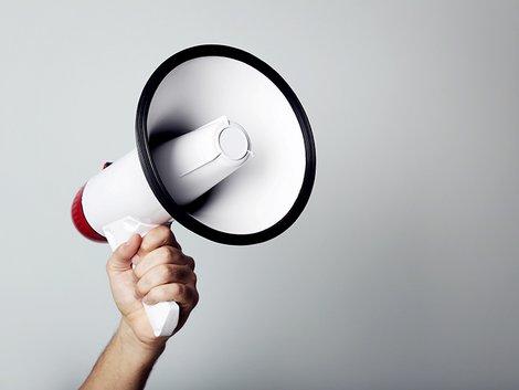 Wettbewerbsrecht, Makler, Vertragsabwicklung, eine Hand hält ein Megafon in die Luft, Foto: 5second / stock.adobe.com