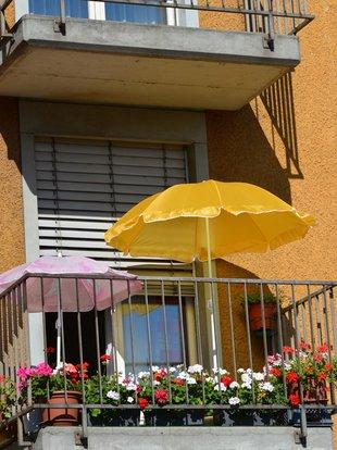 Balkon, Sonnenschirm, Foto: celeste clochard/fotolia.com