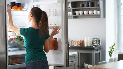 energiesparen, Frau steht vor geöffnetem Kühlschrank, Foto: Pixel-Shot/stock.adobe.com