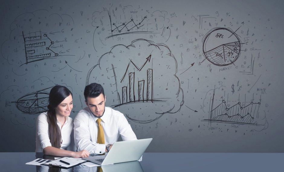 Pärchen sitzt am Tisch mit Laptop. Grauer Hintergrund mit mathematischen und wirtschaftlichen Zeichnungen, Kreidtvergleich, Foto: ra2 studio/fotolia.com