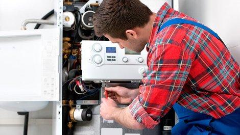 Energiesparen, Handwerker wartet eine Heizung, Foto: iStock.com/AlexRaths