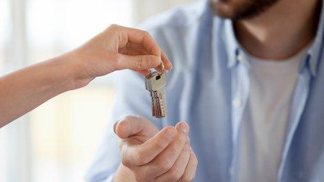 Zweitschlüssel, Ersatzschlüssel an eine Vertrauensperson geben, Foto: iStock.com / fizkes