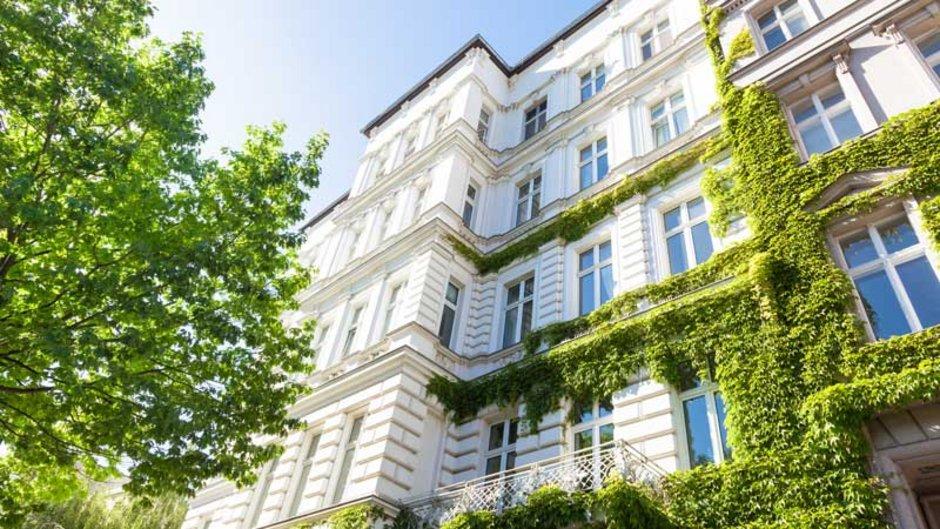 mieten oder kaufen, Bild eines Mehrfamilienhauses im Sonnenschein, Foto: Tiberius Gracchus / stock.adobe.com
