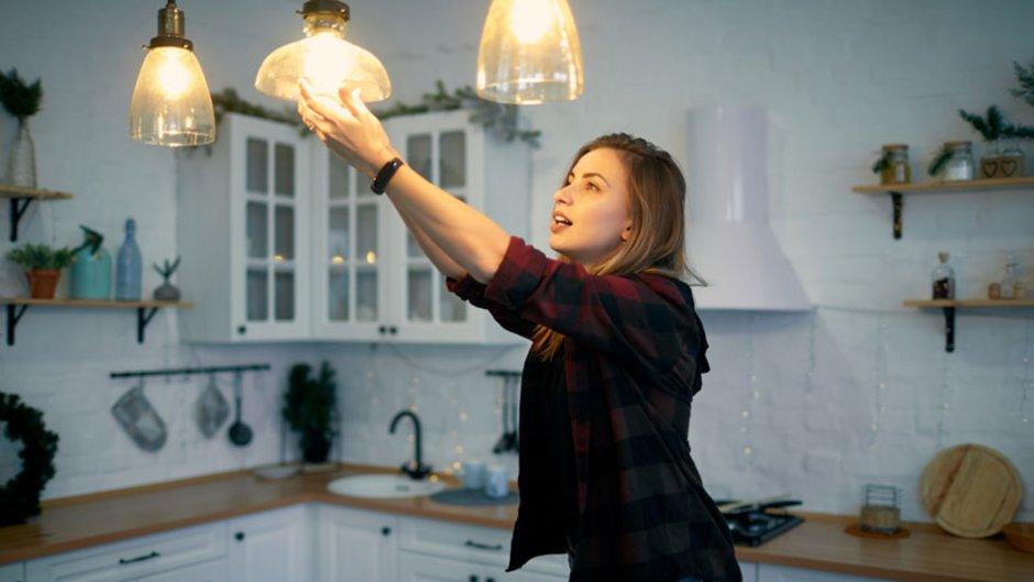 energiesparen, Stromkosten senken, Frau wechselt Glühbirne gegen LED aus, Foto: ryzhenko23/stock.adobe.com