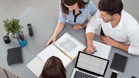 mieten oder kaufen, Bild von einem Paar bei einer Bankberaterin, die ihnen einen Plan erklärt, Foto: contrastwerkstatt / stock.adobe.com