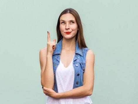 Immobilie geerbt, Immobilie erben, Erbe bedingt annehmen, Frau schaut nachdenklich nach oben, Foto: khosrork/stock.adobe.com