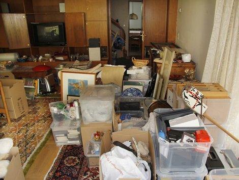 Haushaltsauflösung, Hausrat, Altmodisches Wohnzimmer steht voller Kisten und Kartons mit Gerümpel, Foto: absolutimages/stock.adobe.com