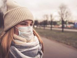 Corona, Mieter, Eine Frau trägt Mütze und Mund-Nasenschutzmaske, Foto: shintartanya / stock.adobe.com