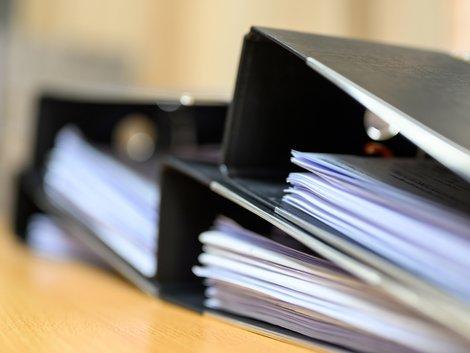 Betriebskostenabrechnung erstellen, mehrere Ordner mit Dokumenten darin, Foto: mnirat/stock.adobe.com
