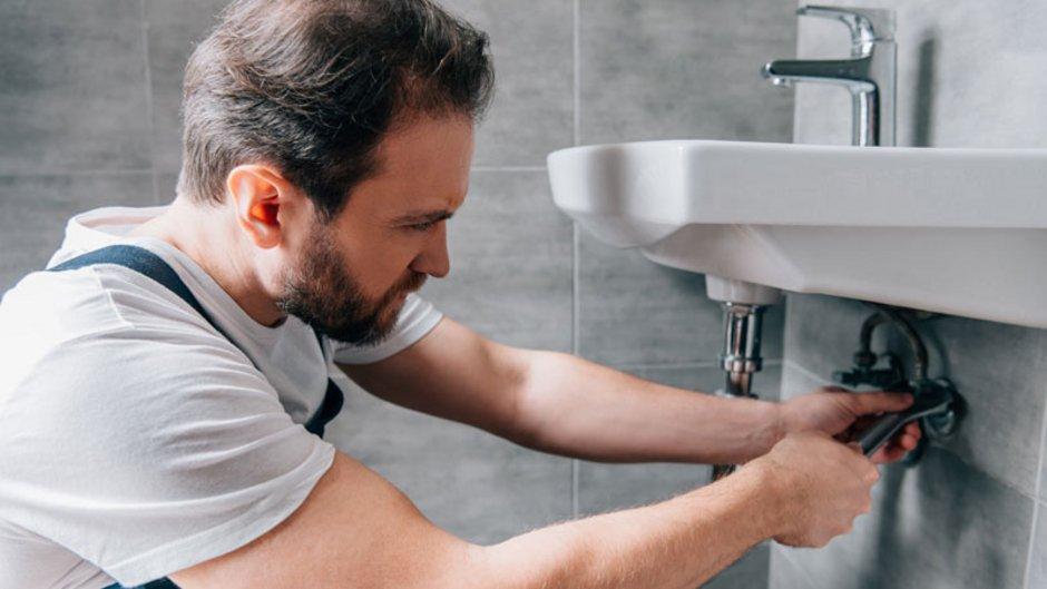 Wohnungsübergabeprotokoll, Foto von einem Mann, der ein Waschbecken repariert, Foto: LIGHTFIELD STUDIOS / stock.adobe.com