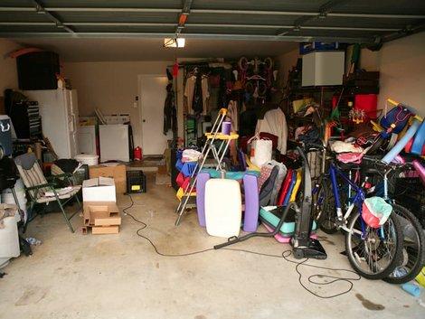 Haushaltsauflösung, Garage, Viele verschiedene Gegenstände sind in einer Garage gelagert,  Foto: lunamarina/stock.adobe.com