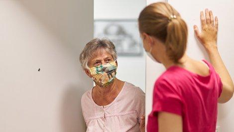 Corona, Mieter, Eine Vermieter möchte eine Mieterin überreden, sie ins Haus zu lassen, Foto: iStock.com / 2K-Studio