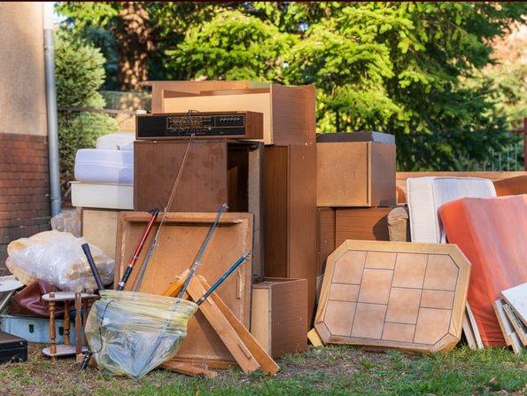 Haushaltsauflösung, Sperrmüll steht in einem Garten, Foto: Ronald Rampschl/stock.adobe.com