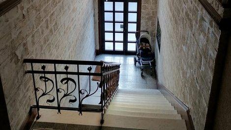 Stiegenhaus, Kinderwagen im Hausflur, Foto: Jogerken / stock.adobe.com