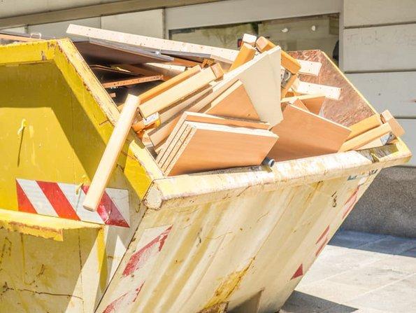 Haushaltsauflösung, Container gefüllt mit demontierten Möbeln steht auf der Straße, Foto:  Animaflora PicsStock/ stock.adobe.com