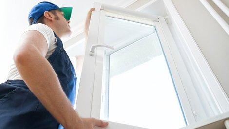 Ein Fenster wird eingebaut, Foto: iStock.com / DmitriMaruta