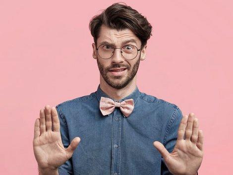 Immobilie geerbt, Immobilie erben, Wohnung erben, Haus erben, Erbe ausschlagen, Mann macht eine abwehrende Geste, Foto: Wayhome Studio/stock.adobe.com