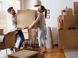 Nachmieter suchen, Pärchen zieht aus Mietwohnung aus, Foto: BalanceFormCreative / stock.adobe.com