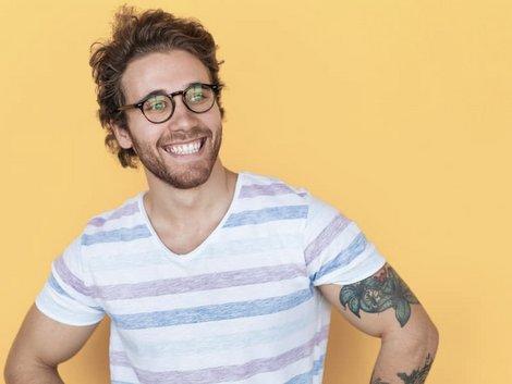 Immobilie geerbt, Immobilie erben, Erbe unbedingt annehmen, Mann lächelt zufrieden, Foto: iStock.com/max-kegfire