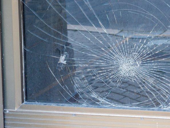 Gebäudeversicherung, gesprungene Scheibe, Foto: Animaflora PicsStock/fotolia.com