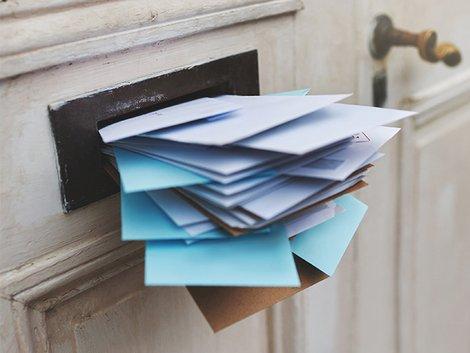 Alt-Tags: voller Briefkasten, Briefkasten quillt über Foto: iStock/PeopleImages