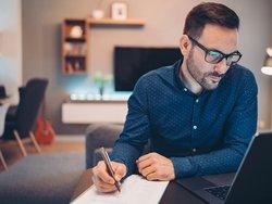 Betriebskostenabrechnung prüfen, Mieter prüft seine Abrechnung, Foto: istock.com/ pixelfit