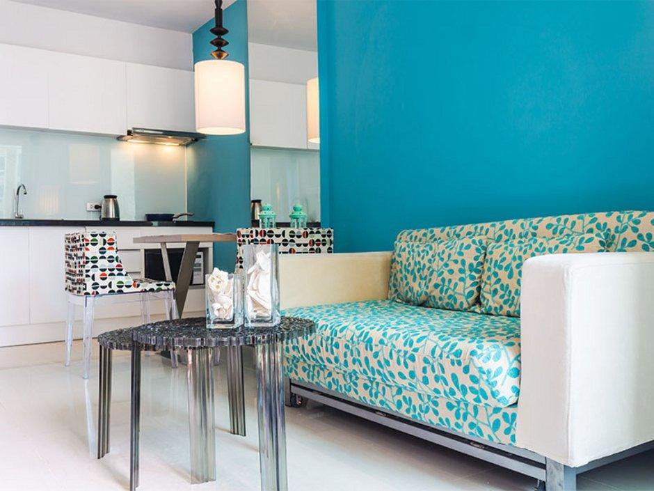 Wohnung mit Tisch, Sofa und Küchenzeile, Möbelmiete, Foto: iStock/MOCCABUNNY